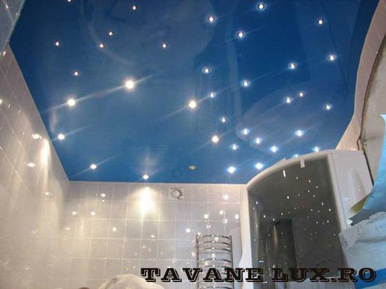 Tavan executat pentru baie decorat cu lumini